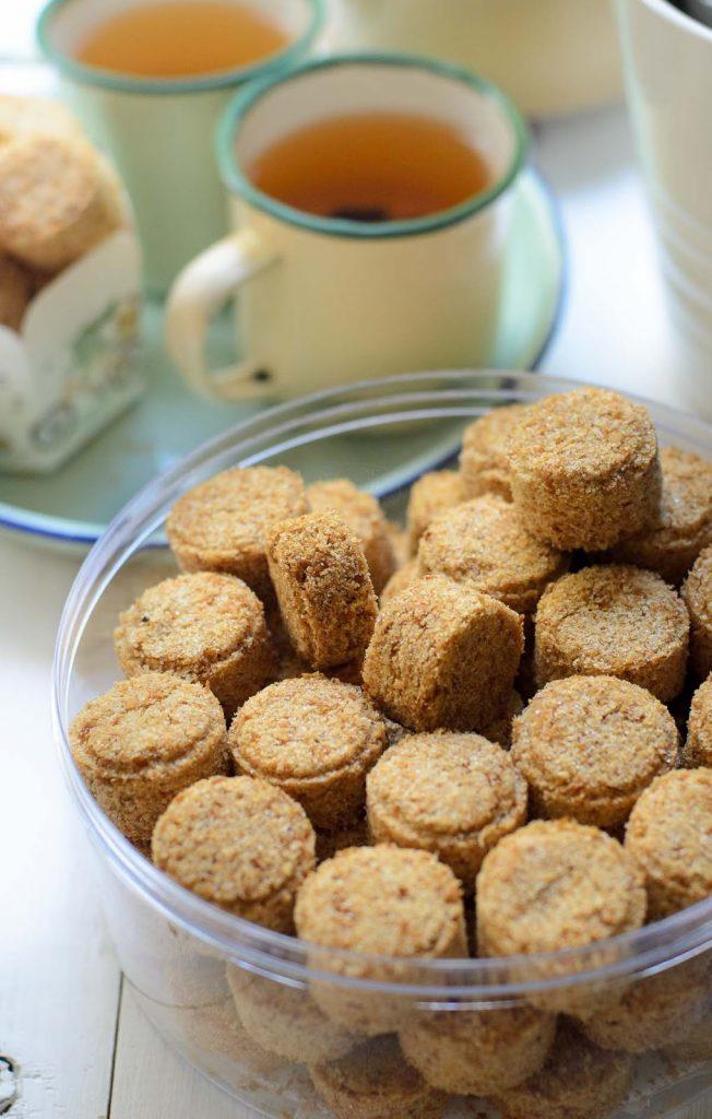 biskut kelapa di simpan di dalam bekas